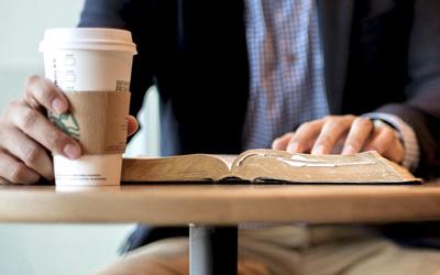 読書に最適な椅子4選と理想の姿勢まとめ
