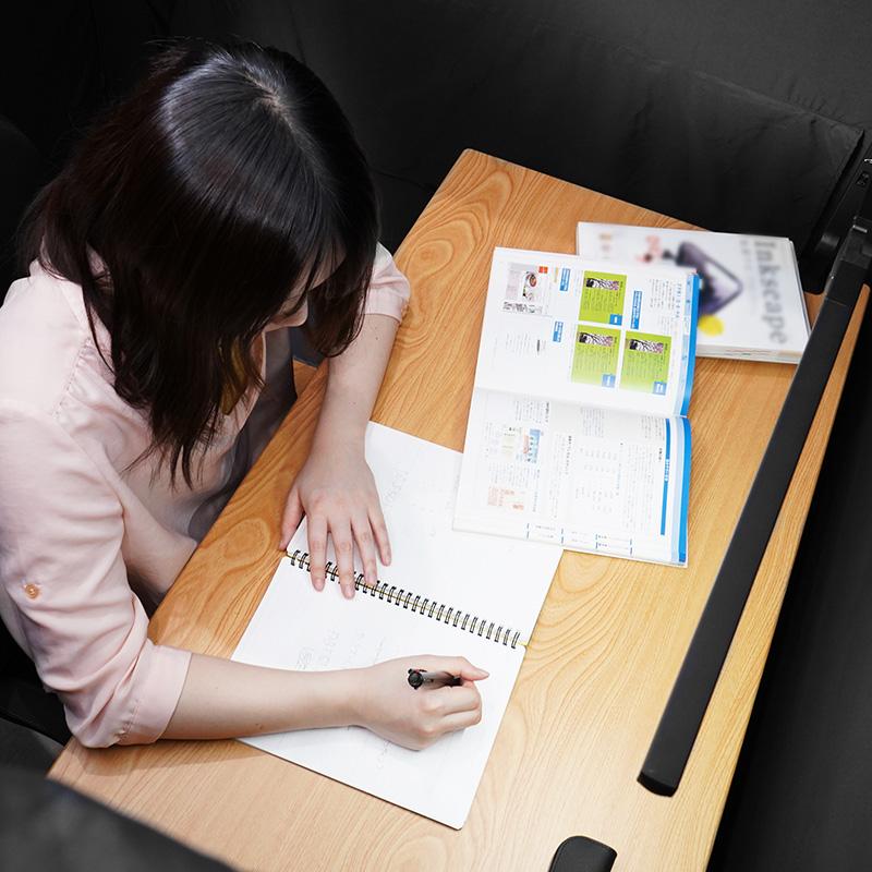 在學習桌上